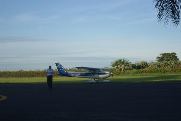 Instrutor abandona a aeronave