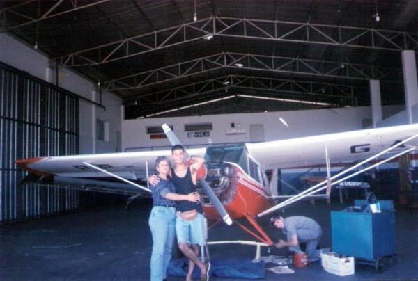 Tadeu Andrade Santini com sua mãe, durante o treinamento de PC/IFR/MLTE no ano de 1997. Ao fundo, Cmte. Daniel com apenas 16 anos. Boas recordações dessa época...