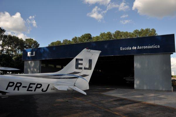 Cessna 172 G1000 e hangar Itápolis ao fundo