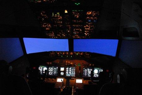 Simulador com cabine operando noturno.