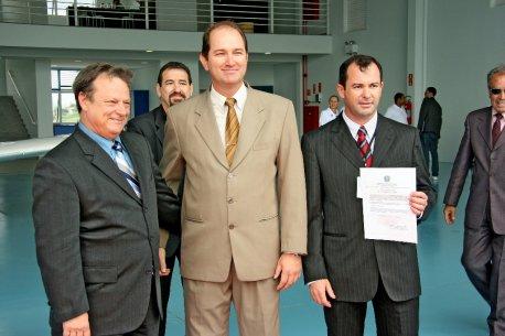 Josué e Edmir recebem a certficação da escola das mãos do Cel Vanderlei.