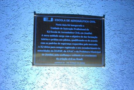 Placa da inauguração da escola.
