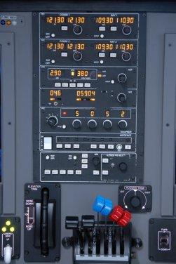 Painel de rádios e manetes de potência.