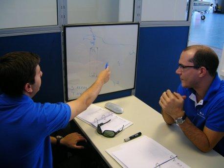 Aluno e instrutor durante debriefing.