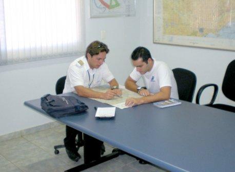 Instrutor acompanha de perto cada etapa do treinamento.