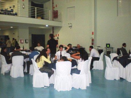 Funcionários, alunos e convidados na celebração.
