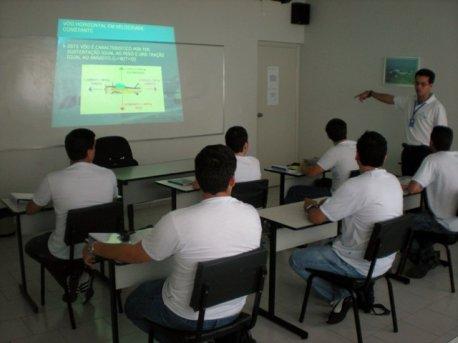Instrutor Barreto apresentando a Teoria de Vôo aos alunos.
