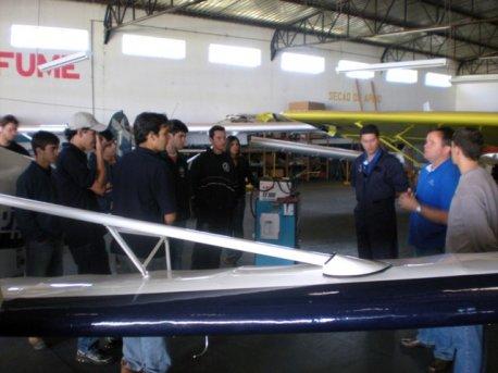Professor Marcelo Descher e o instrutor de vôo agrícola José Gabriel Censoni ensinam sobre as aeronaves utilizadas em aviação agrícola.