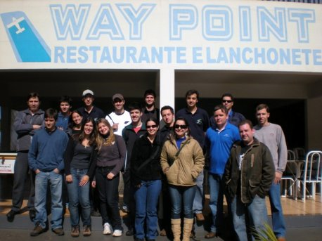 Galera reunida no restaurante Way Point.