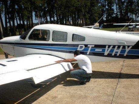 Depois do briefing o aluno faz a inspeção pré vôo.