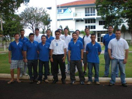 Turma do curso Piloto Comercial reunida em frente da escola.