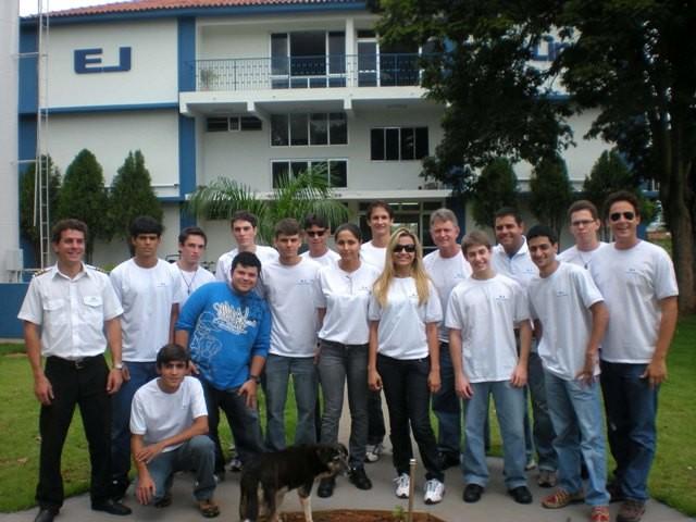 Instrutor e Alunos em frente o prédio da EJ na base de Itápolis.