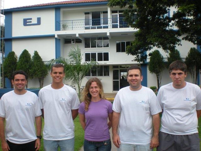 Professora Ana Paula e alunos em frente ao prédio da EJ.