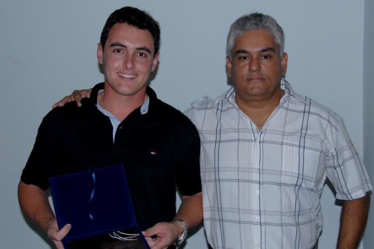 Comandante Luiz Almeida, Coordenador Prático da EJ, entrega placa de agradecimento ao ex-instrutor Abdalla.