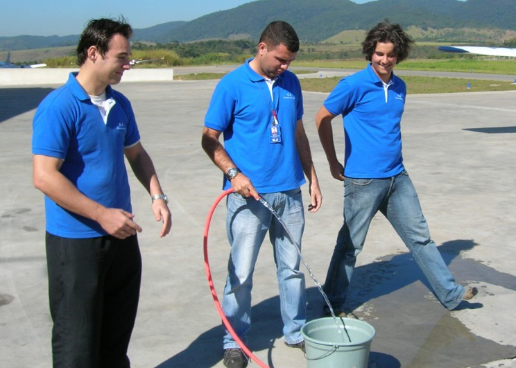 Instrutor prepara o banho de solo.