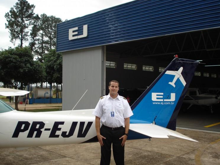 Instrutor Vallim em frente a aeronave Cessna 152, equipamento em que iniciará instrução.