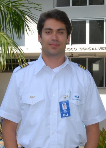 <br><br> - EDUARDO KALAHAN JORGE ABUD<br><br> - Idade: 28 Anos<br><br> - Cidade: Curitiba-PR<br><br> - Admitido em Maio/2009<br><br> - 610 Horas de Voo<br><br>Ministra Instrução no Equipamento: <br><br>-Cessna 152<br.