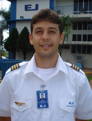 <br><br> - FABRÍCIO DE FREITAS PEREIRA<br><br> - Idade: 23 Anos<br><br> - Cidade: João Monlevade-MG<br><br> - Admitido em Novembro/2009<br><br> - Graduação: Bacharel em Ciências Aeronáuticas FUMEC/BH<br><br> - 325 Horas de Voo<br><br>Ministra Instrução no Equipamento: <br><br>-Cessna 152.