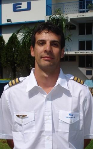 <br><br> - GUILHERME MIANO MOSTERIO<br><br> - Idade: 29 Anos<br><br> - Cidade: Jundiaí-SP<br><br> - Admitido em Novembro/2009<br><br> - 260 Horas de Voo<br><br>Ministra Instrução no Equipamento: <br><br>-Cessna 152