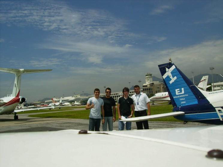 Bruno, Guilherme e o instrutor Varela recepcionados no aeroporto por amigo.
