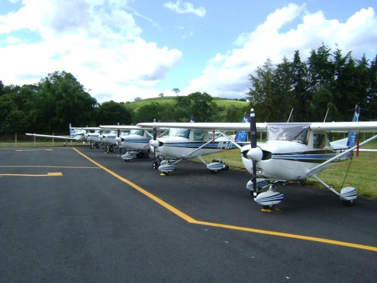 Cinco Cessnas 152 e um Tupi da EJ presentes na inauguração do novo aerodromo de Ouro Fino.