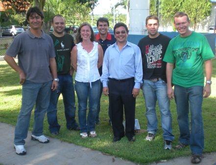 Os alunos do curso de inglês técnico juntos da profssora Ana Paula.