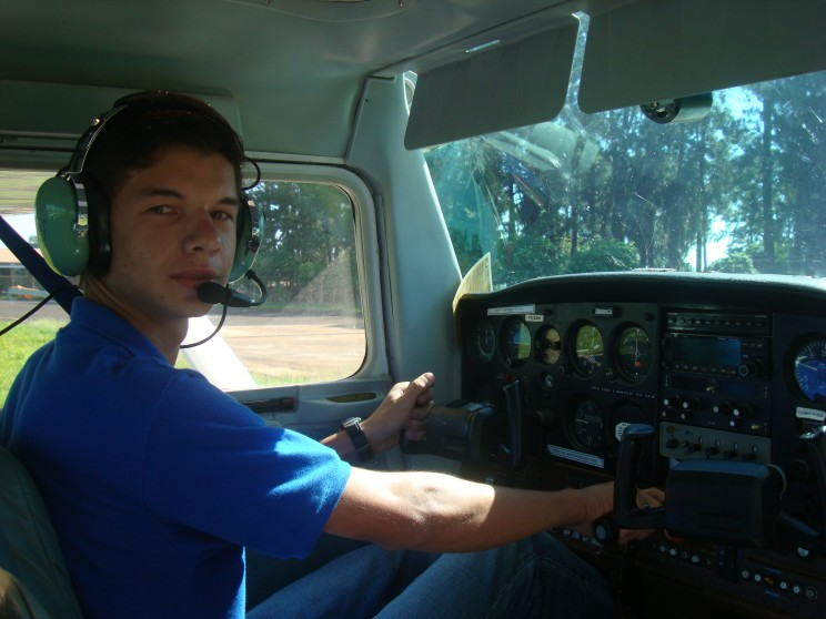 Aluno Rafael Violato se preparando para seu primeiro voo solo.