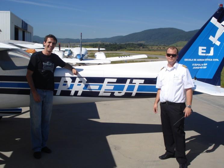 Diante da aeronave Cessna 152 utilizada no voo.