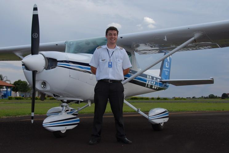 Ivo Perusso Junior, voo na EJ 810 horas, atualmente é piloto na GOL.