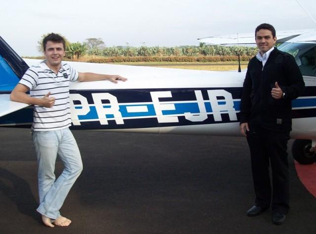 Aluno Heitor e instrutor Wilton a frente da aeronave PR-EJR.