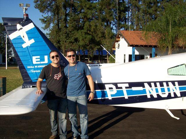 Luis Victor e Diogo a frente da aeronave.