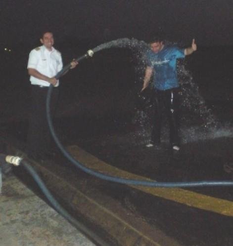 Instrutor Wilton dando banho de liberação no aluno Ewerton.