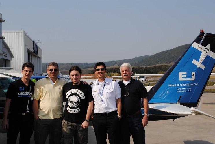 A família do aluno Lucas esteve presente para prestigiar o seu primeiro voo solo.