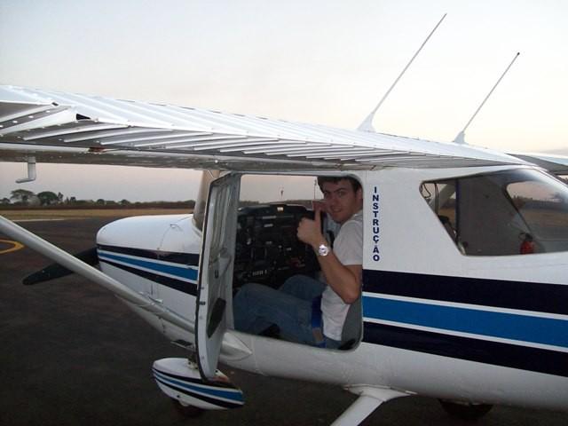 O aluno se preparando para o voo.