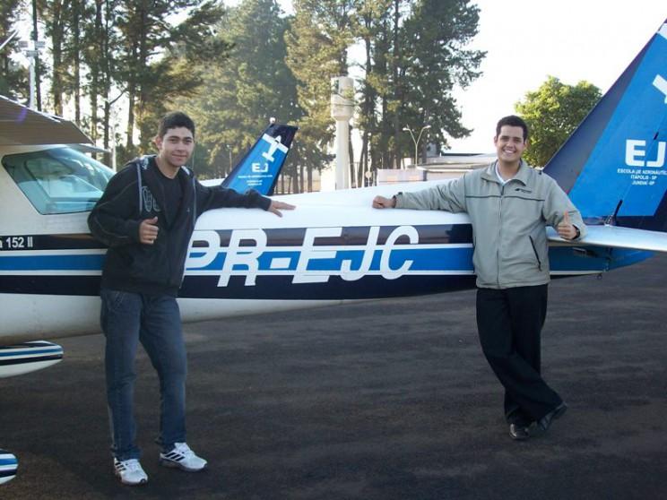 Aluno Lucas e instrutor Lucas Ribeiro em frente a aeronave solada.