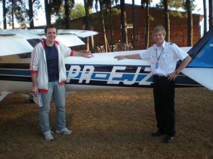 Aluno Ricardo e instrutor Maicom em frente a aeronave solada.