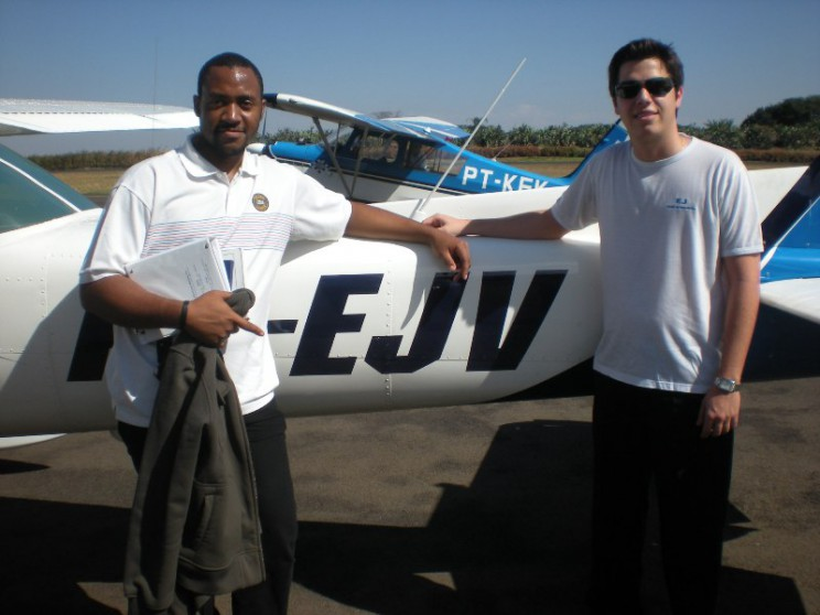 Instrutor Diego e aluno José Victor em frente a aeronave solada.