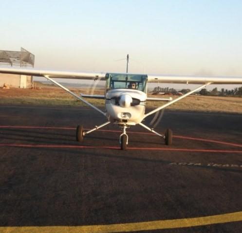 Após o pouso, aluno estaciona a aeronave em frente a Operações de Voo.