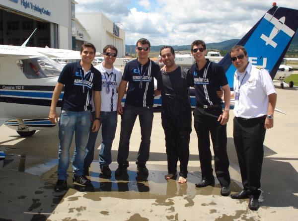 Da esquerda para a direita: os instrutores -  Paiva, Pirágine, Bellini, aluno Gardano, coordenador de voo Willian e instrutor Coelho