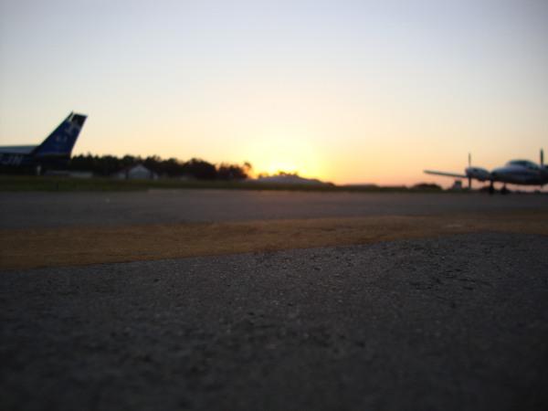 Depois de um dia repleto de voos descansam no pátio um Cessna 152 e um Seneca II