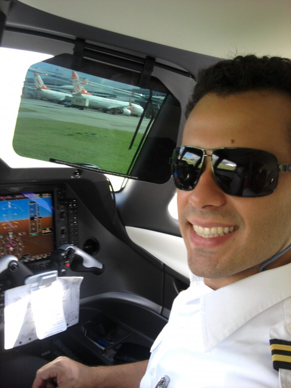 Victor Pavani, voando de Copiloto Phenon 100 e BeechJet400A